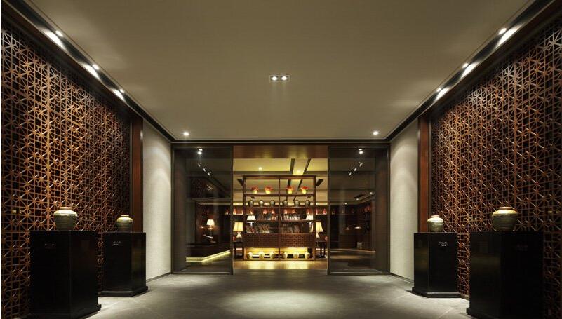 中式元素与现代材质的巧妙兼柔,明清酒店家具,窗棂,布艺床品相互辉映